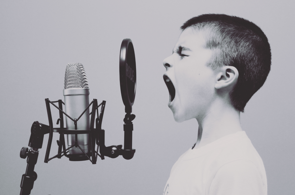 Kind schreit ins Mikrofon